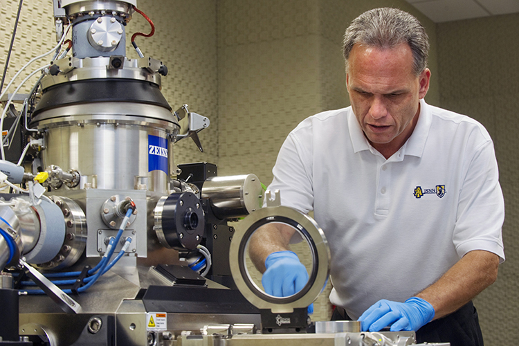 Richard Vestal working with the Carl Zeiss ORION PLUS helium-ion-microscope.